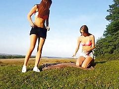 Zwei geile Teens outdoor