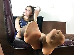 Killer girl is dressed in nylon tights and is unsheathing her fantastic feet